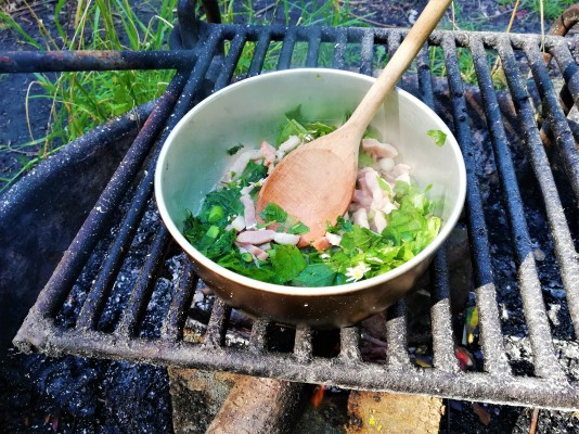 Bacon og urter hygger sig i gryden